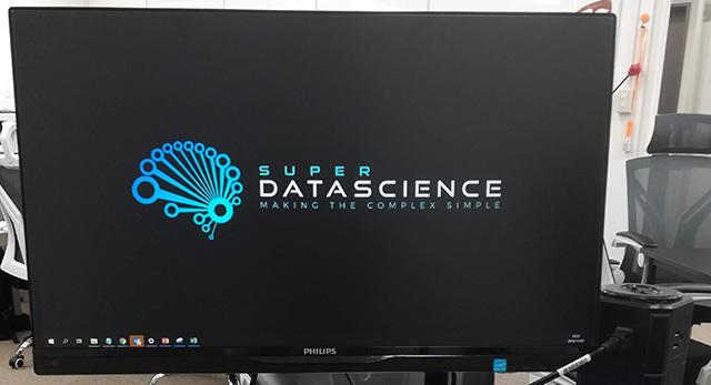 PCの画面で、スーパーデータサイエンスという文字が表示されています。
